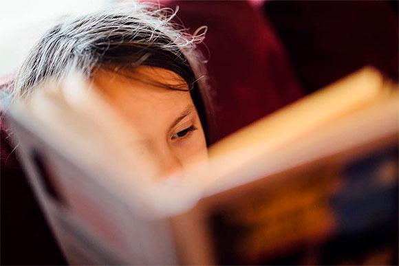 Læsende barn - Saxo