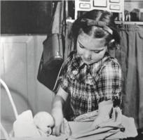Hanne Reintoft sammen med sin dukke fra bogen 'Barn af besættelsen'